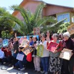 """VECINOS DE PEMUCO INCREMENTARON HABILIDADES CON TALLER DE PINTURA GRACIAS A FONDOS SEGEGOB      Más de 30 vecinos de la comuna de Pemuco fueron partícipes de un taller de pintura en madera, gracias al Fondo de Fortalecimiento de Organizaciones de Interés Público (FFOIP) que se adjudicó la Junta de Vecinos San Martín.  Ellos tuvieron el cierre de la iniciativa y mostraron sus trabajos gracias a dicho proyecto que les entregó fondos por 1 millón 300 mil pesos. El presidente de la JJVV, Oscar Inostroza explicó que el objetivo fue fortalecer las habilidades motoras de los vecinos y reforzar el trabajo en comunidad.  """"Esto permitió unir más a los vecinos, generamos asociatividad, reforzamos la comunidad. Muchos estaban en sus casas inactivos y esto les sirvió mucho"""", señaló. En tanto, el seremi de Gobierno de Ñuble (s) Enrique Rivas, acompañado del encargado D.O.S de la región Gustavo Aguayo y la encargada de Fondos Concursables Katherin Parra, destacó el aporte que realiza el Ministerio Secretaría General de Gobierno a través de los FFOIP.  """"Es muy trascendente para los vecinos encontrarse, compartir, afianzar lazos a través de proyectos como estos que entrega nuestro Ministerio. No es menor recordar que este año Ñuble como región adjudicó 38 proyectos, muy por sobre los 7 beneficiados cuando aún éramos provincia y pertenecíamos a Biobío"""", apuntó Rivas. El taller de pintura tuvo una duración de tres meses y fue dirigido por una monitora que enseñó técnicas básicas a los vecinos, en su mayoría adultos mayores."""